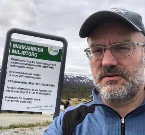 REAGERER: Hytteeier Per Øverby etterlyser at noen tar ansvar for fjerne avfall som spres fra byggeplasser på Beitostølen.