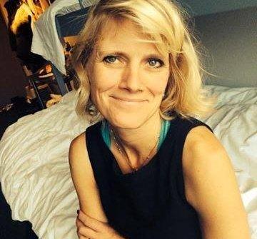 Billedkunstner Guri Guri Henriksen er en av mange nesodd-kunstnere som denne helga stiller ut i badehusene på Flaskebekk.