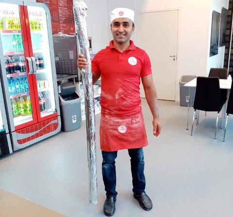 ER DETTE NORGES STØRSTE?: Om du er glad i kebab er kanskje denne noe for deg. Her poserer daglig leder Dlman Ahmed med den usedvanlig store rullen.