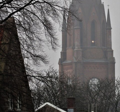 Det var lys i kirketårnet i slutten av februar da Fredriksstad Blad journalist fotograferte kirketårnet i gråværet fra Isegran.