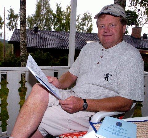 Nils Livland jobbet i banken i nesten 20 år. Brevet han nylig mottok, skjønte han ingenting av, noe banksjef Torstein Aakre beklager. Bildet ble tatt for noen år tilbake, i en annen sammenheng.
