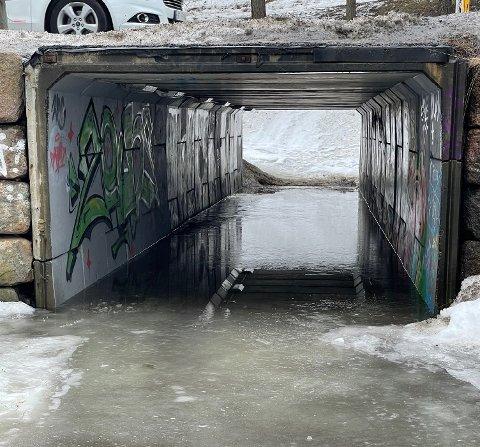 VANN OG IS: Det kan av og til være vrient å passere undergangen i Kølabånn til fots.