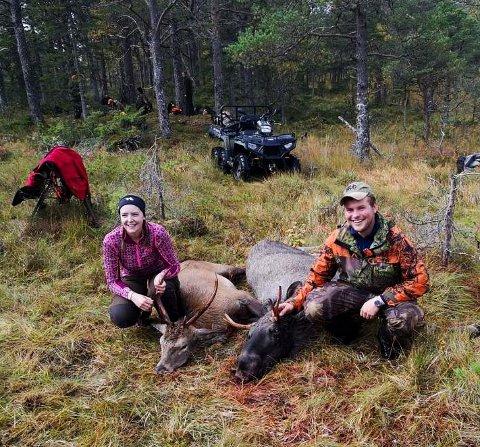 FØRSTE ELG: Stine Husby Hansen og Mathias Fornes Johansen er begge ferske medlemmer i jaktlaget og toppet det hele med å ta sin første elg under årets jakt. (på bildet er både en hjort og en elg)
