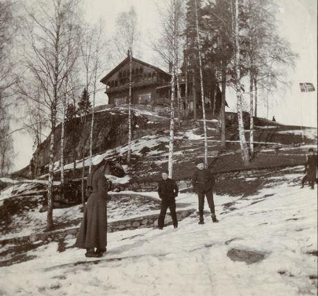 SARABRÅTEN: Dragestilvillaen og spaserveiene sett fra Nøklevann en vinterdag for lenge siden.