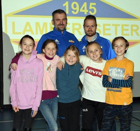 KVALITET: Fotballgruppa i Lambertseter IF håper å bli stemplet som kvalitetsklubb i disse dager. Her representert ved leder Tomas Larsen, nestleder Øyvind Jensen, Katrine, Albertine, Pernille, Thea og Kasper.