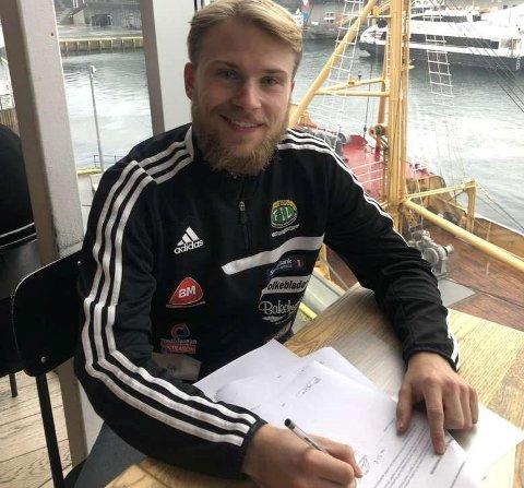TAR OVERGANG: Martin Larsen Traasdahl tar overgang fra Skjervøy og Finnsnes, og signerte i går proffavtale med seierlederen i 3.-divisjon.