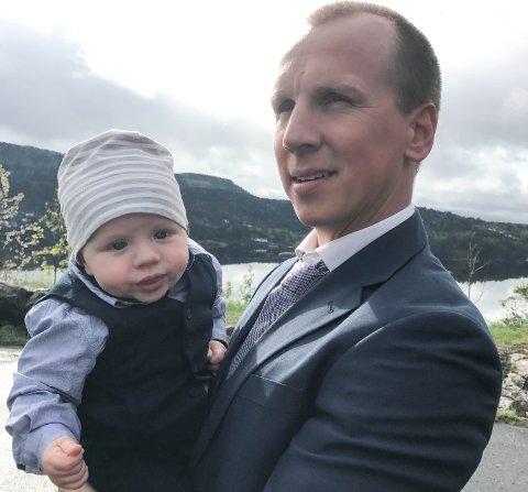 NY SJEF: Lille Liam sitter på armen til pappa Jarand Lintvedt Sørensen, som har blitt leder i et nytt firma i Larvik.