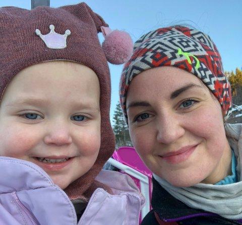 Synne foretrekker å ta med døtrene på ski og i akebakken fremfor å stresse med julegaver. Foto: Privat