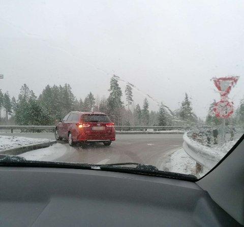 Her er det ikke lov til å kjøre til venstre, slik som bilen foran gjør.