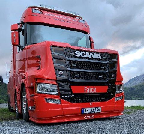 """MONSTERBIL: Det skal mye til for å stoppe den nye """"monsterbilen"""" til Vangsgutane når den etter hvert skal settes i drift som bergingsbil på stasjonen i Lærdal. Den er verdens første og så langt eneste fireaksla bil som er bygget på det nye Scania-chassiet."""