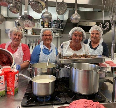Rutinerte damer med gode gamle oppskrifter på kjøkkenet! Fra venstre: Bjørg Grøv, Ingunn Svien, Ingrid Grøv, Marie Hermundstad