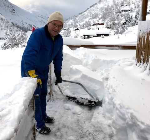 Jostein Løland trives godt på hytta i Hunnedalen. Mellom måke-øktene, sitter han ofte og tegner på planene for en større hytte. Nå håper han på avklaring fra kommunen om det blir en realitet.