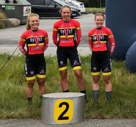 NM-SØLV: Emilie Moberg (tv), Ann Helen Olsen og Elise Olsen kunne juble for NM-sølv for HCK i lagtempo.