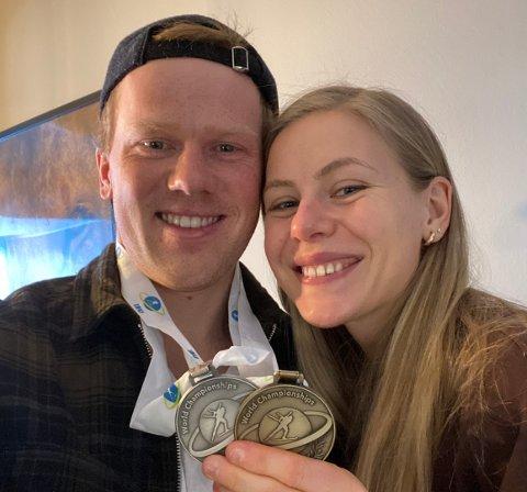 HJEMME IGJEN: Endelig er gullgutten hjemme igjen, med sølv- og bronsemedaljer rundt halsen. Etter sju uker kunne igjen samboer Kristian Skjevedal ta i mot Johannes Dale i parets leilighet i Lillehammer.
