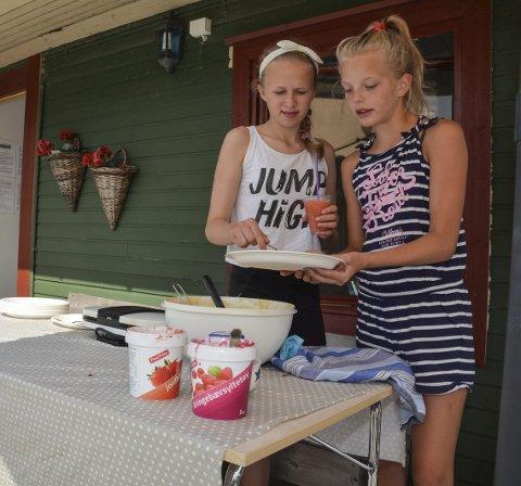 BJELLANDS KAFÉ: 12-åringane June Marie Sætre Bjelland (t.v.) og Aurora Nilsen Mathisen opna sin eigen vesle kiosk i båthamna torsdag.