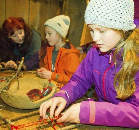 VEV: Eline Horn vever bånd i flotte farger, søsteren Malin er også i gang med veving. – Jeg har også pusset et hjerte og lagd julepynt i dag, forteller Eline.                 Alle foto: Martin Kristiansen