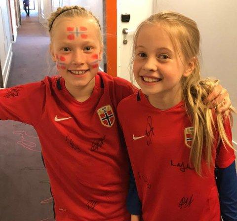 FORNØYDE: TUIL-jentene Kaia B.Lorentsen og Hedda Bakken Jørgensen med landslagstrøyene de fikk på Ullevaal, signert av flere fra det norske A-landslaget for menn.