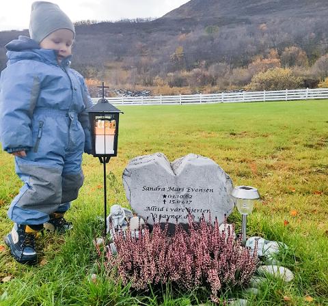 VED BESTEMORS GRAV: Aimo André ved bestemoren Sandras grav. «Bestemor er i himmelen», sier toåringen. Foto: Privat