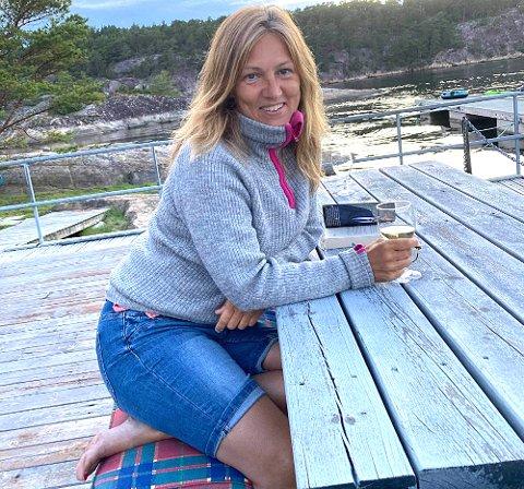 HØYSESONG: – Jeg elsker norske jordbær rett fra kurven, påpeker Liv Karin Broen (53) som dermed åpenbart trives godt om sommeren.