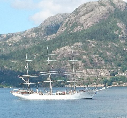 Christian Radich i Lysefjorden.