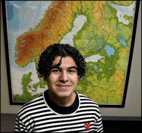 GLOBALT PERSPEKTIV: Aria Jadidi (17) går i 2. klasse på Greåker videregående skole, og er valgt ut til å være med videre i et program av Det europeiske ungdomsparlamentet.