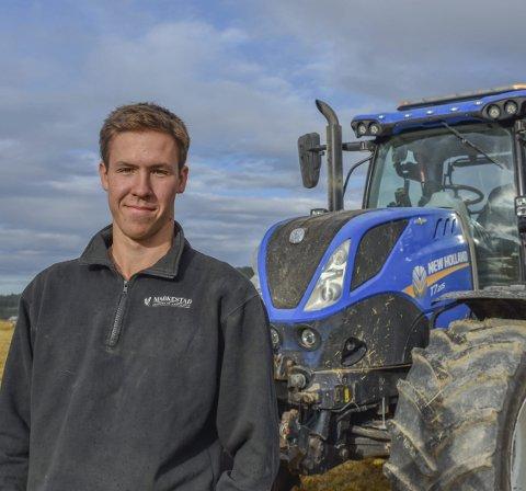 FAVORITT-TRAKTOREN: Jens Markestad (19) fra Båstad tilbringer mye tid i traktoren han har stæsjet opp.