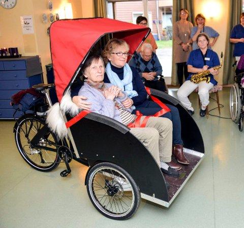 PRØVETUR: Pasient Esther Stenquist og sykepleier Bente Hovde prøver den nye el-rickshawen ved Frednes sykehjem.  Foto:Lars Ravn.