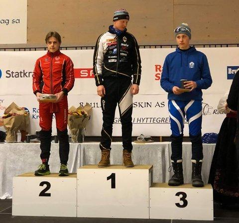 SØLVMEDALJE: Håkon Tho Anundskås (t.v.) tok en sølvmedalje i årets Helterennet.