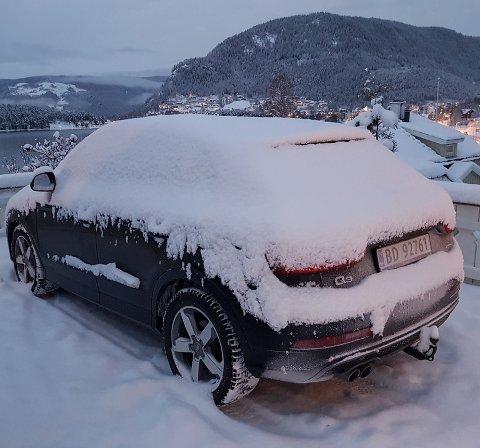 Forsinka: Ugjennomtrengelige ruter og vindusviskere som ligger under et hardpakka lag med snø.Foto: Kristi Westerbø