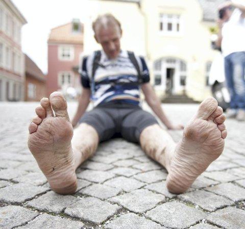 Jan Rolland synes det var himmelsk godt å få av seg skoene etter 7-fjellsturen.