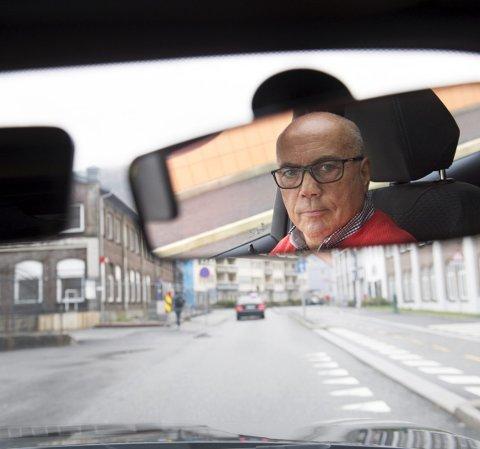 Trafikklærer Erik Haukedal tok BA med ut på tur. I løpet av bare en kort tur rundt Bergen sentrum fant han en rekke ting å sette fingeren på, flere av dem har ikke fått plass i saken. Foto: ARNE RISTESUND