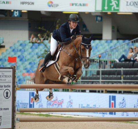 TIL TOPPS: Johan Sebastian Gulliksen og hesten Quiet Easy tok NM-gull i sprangridning innendørs.