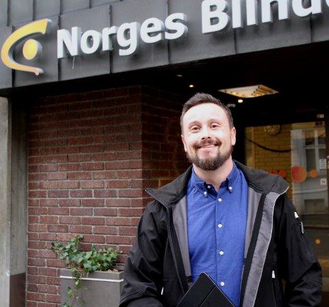 Harry Aass som er leder for dør til dør i Norges Blindeforbund, bekrefter at de samler inn penger ved dørene nå.