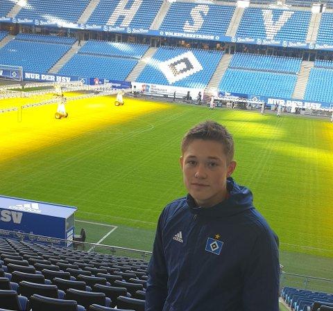 STORE INNTRYKK: Leo Bech Hermansen (16) på plass på Volksparkstadion, hjemmebanen til Hamburger SV, som tar 57.000 tilskuere.