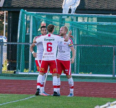 Her feirer Riki Alba (fra venstre), Nicolay Solberg og Henrik Kjelsrud Johansen 2-0-målet. FFK slo Moss 3-1 på Melløs.