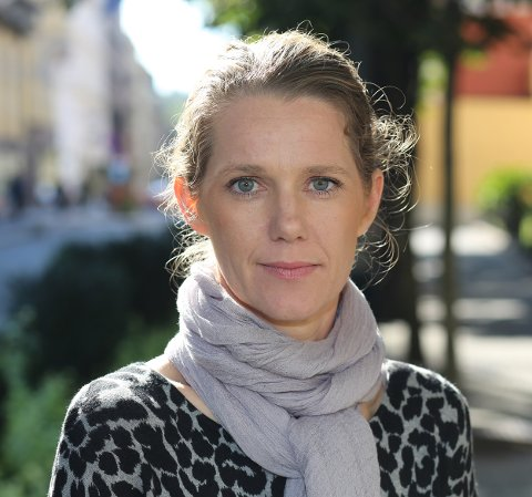 BRUK REFLEKS: Camilla Ryste, kommunikasjonssjef i NAF, oppfordrer alle til å bruke refleks når de er ute å går i mørket
