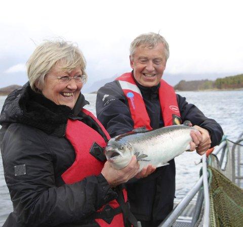 Fiskeriminister: Elisabeth Aspaker lot seg imponere over Norsk Havbrukssenter og det daglig leder Arnfinn Torgnes fortalte om deres visningsanlegg.      Foto: Hildegunn Nielsen Tjøsvoll