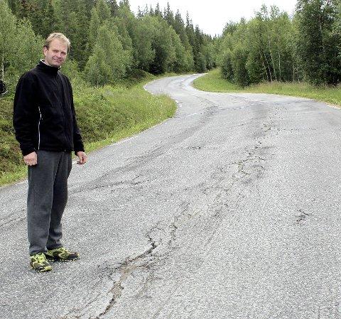 Midtpartiet: Ken Espen Kristiansen viser her fram det han kaller «midtpartiet», et område på ca. 1 kilometer på fylkesvei 804 til Susendal, omtrent 12 kilometer etter avkjørselen fra riksvei 73. foto: Benedicte Wærstad