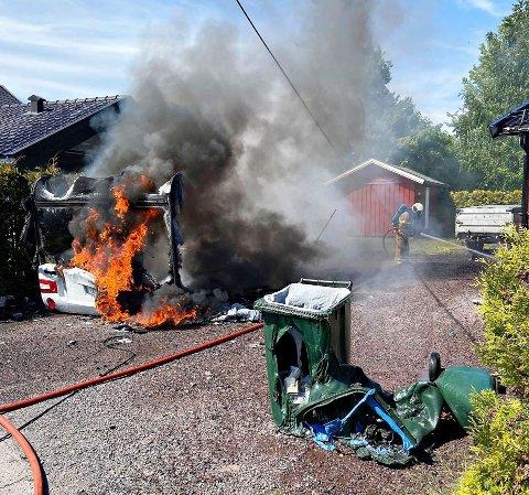 FULL FYR: Campingvogna i Platåveien sto i full for da brannmannskapene kom fram.