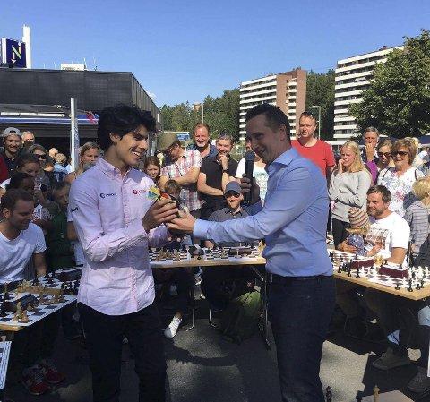 PÅ BESØK: Aryan Tari besøkte Bogerud torgfest tidligere i år, nå kommer han til Bøler. Her sammen med den lokale sjakkeksperten Torstein Bae. Pressefoto