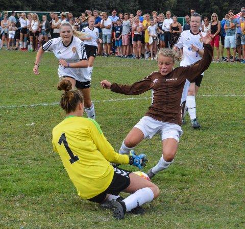 Briljerte: Mari Rosendahl Nyhagen (brun drakt) var en konstant trussel på kanten for Fagernes mot Rosendal. Fagernes vant 16-delsfinalen 1-0 etter ekstraomganger torsdag ettermiddag.