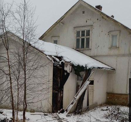 RASER FRA TAKET: – Forfallet eskalerer, og det har begynt å rase bygningsdeler fra taket, skriver representanten fra Skotbu vel til Ski kommune i en epost nå i januar.