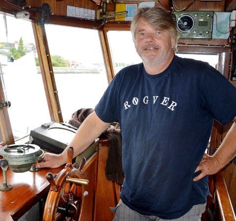 Til rors: Marvid Hoel tilbringer mesteparten av sommersesongen til rors på MS Molly og de andre båtene i turbåtflåten. Arkivfoto: Svend E. Hansen