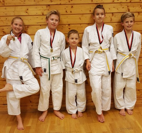 Fra venstre: Evelyn Evensen, Asgeir Dahle Skaara, Domas Tamulis Emil Starup Jensen og David Klevstadlien.  Leon Gakovic Numme  var syk og ble ikke med på bilde.