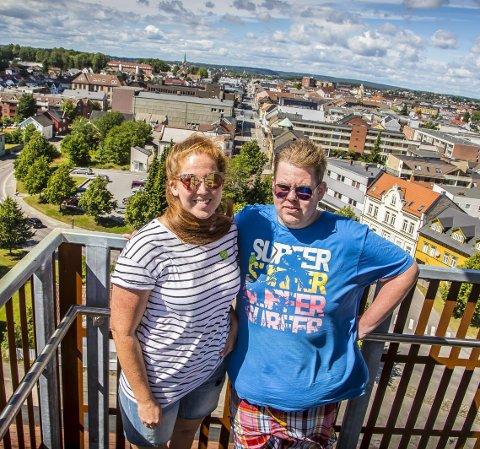 Høyt: Martine Skogly Hansen (25) og Thomas Skogly Rustand (31) syns det var høyt i det nye utkikkstårnet, men at de besøkende får sett masse av byen. alle bilder: Vetle Granath Magelssen   Martine Skogly Hansen (25) og broren Thomas Skogly Rustand (31).