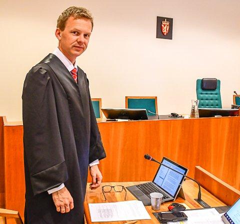 Politiadvokat Hans Olav Røyr, som førte saken for påtalemyndigheten i tingretten, er også aktor i lagmannsretten. Den tiltalte stiller med advokat Fredrik Berg, fra Fend Advokatfirma DA, i lagmannsretten. Han ble forsvart av advokat Erling Olav Lyngtveit i tingretten.