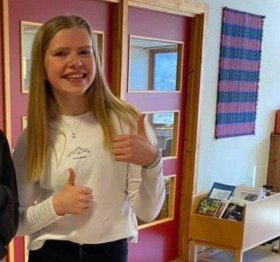 Tommel opp: Marte Garvik har god grunn til å være fornøyd med innsatsen i Ungdomsmesterskapet i terrengløp lang løype.