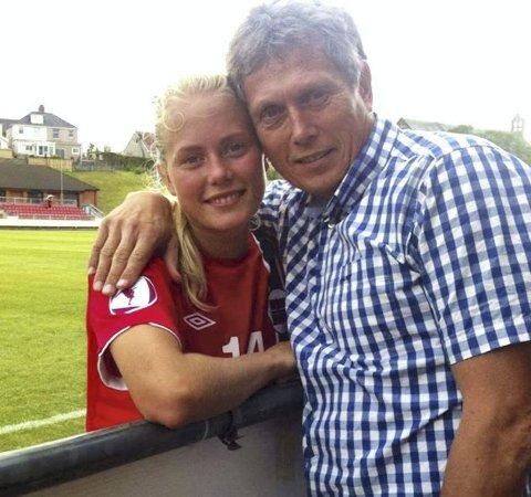 Guro Bergsvand med sin far og Vålerenga-legende Jo Bergsvand etter en J19-landskamp.