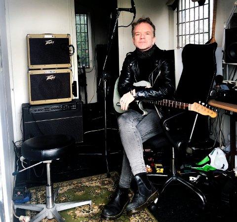 PÅ HJEMMEBANE: Frank A. Tostrup er kjent fra en rekke band opp gjennom årene. Nå er han straks klar med sitt første soloalbum.