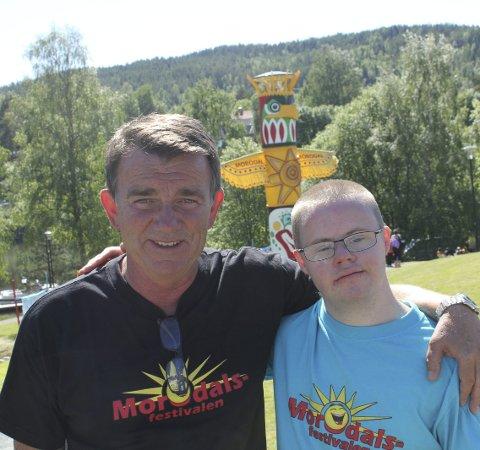 Kjell Grinden og Marius Kristiansen tok imot prisen på vegne av Morodalsfestivalen.